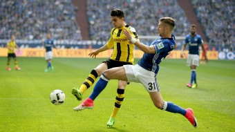 Dortmunds Marc Bartra (l.) im Duell mit Matija Nastasic © picture alliance